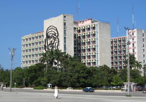 """En la Plaza de la Revolución, en la fachada del edificio del Ministerio del Interior, se encuentra un relieve escultórico de grandes dimensiones con la imagen del revolucionario Ernesto Guevara, acompañado de una de sus frases más famosas: """"hasta la victoria siempre""""."""