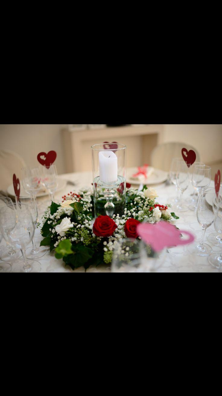 Il nostro centrotavola di rose rosse e bianche, segnaposto a forma di cuore. Ristorante Madonnina a Cantello