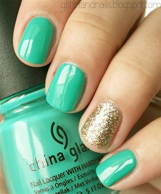 Kiss me, this St. Patrick's Day nail art is I: Nails Art, Gold Glitter, Gold Nails, Accent Nails, China Glaze, Four Leaf Clover, Gold Accent, Green Nails, Diy Nails