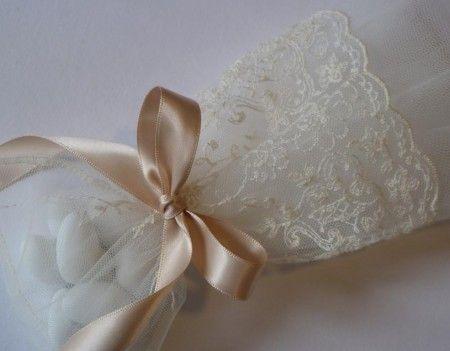 μπομπονιέρα πουγκί vintage με δαντέλα τούλι σε ρομαντικό ύφος