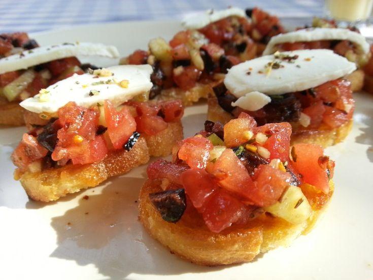 Oud (stok)brood over en zin in een lekker fris hapje? Maak dan eens deze heerlijke bruschetta met tomaat en geitenkaas. Je waant je meteen met vakantie!