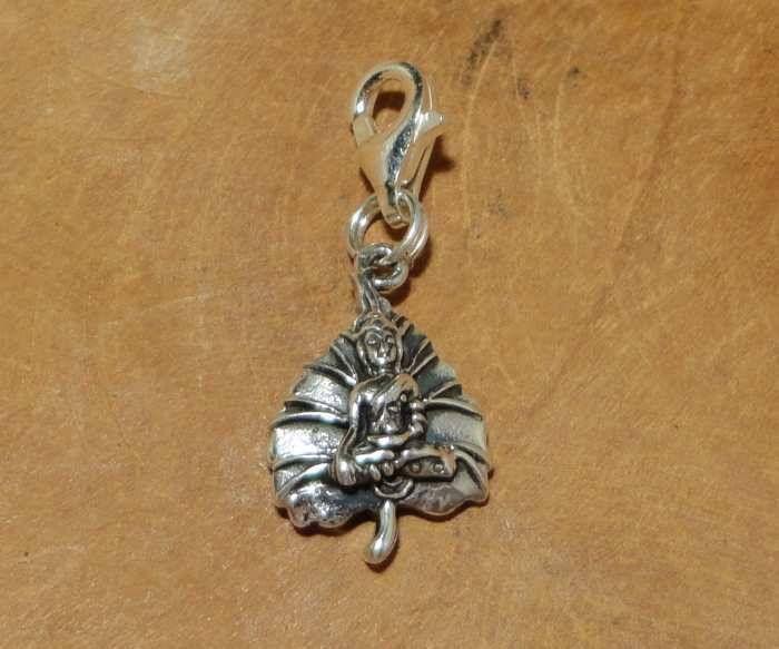 Fair Trade bedel uit Thailand gemaakt van sterling zilver (925) met een afbeelding van Boeddha op een hartvormig bodhi blad. De bodhiboom is in het Boeddhisme een heilige boom waaronder Boeddha de verlichting bereikte.