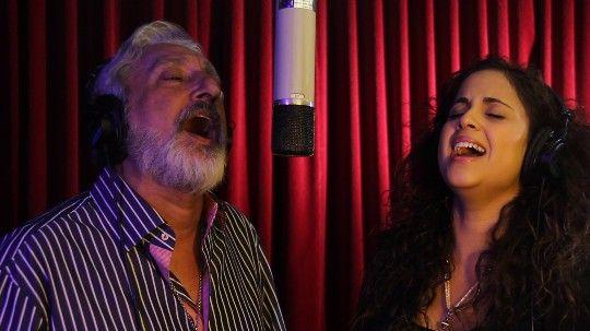 Musulmán y judía cantan a la Navidad