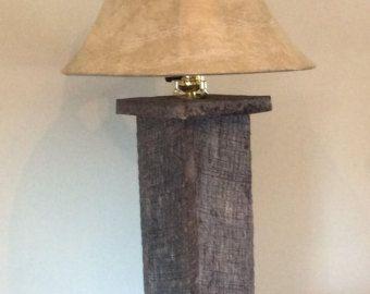 La lámpara de la plataforma está hecha de madera de palet reciclado/reclamado. Esta lámpara se vería bien con una decoración rústica o alguien que desea algo diferente. Dimensiones de la lámpara son: 19 H x 7 W x 6 l . No incluye las dimensiones de la lámpara. No todas las lámparas será el mismo como las variaciones y el color de la madera son diferentes de cada plataforma.