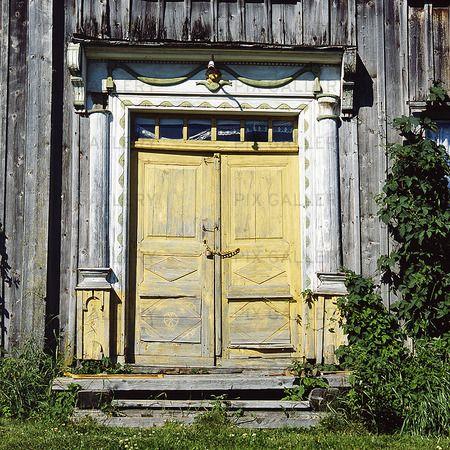 Gul dörr på äldre hus