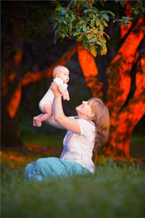 Если ты с детства не научился смотреть в глаза матери и видеть в них тревогу или покой, мир или смятение, - ты на всю жизнь останешься нравственным невеждой. Нравственное невежество, как и дикость в любви, приносит людям много горя и обществу - вред.