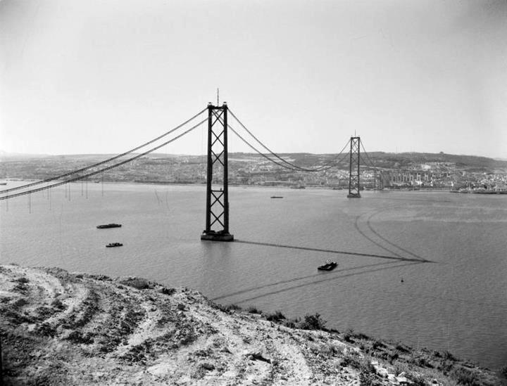 A ponte sobre o rio Tejo, ainda sem o seu tabuleiro rodoviário, mas já com as duas torres principais erguidas (190,47 metros acima do nível da água). A ponte foi inaugurada no dia 6 de Agosto de 1966, do lado de Almada.