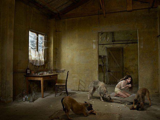 Madina, Rosja, 2013    Matka Madiny była alkoholiczką, która w najwyższym poważaniu miała los swojej córki, natomiast ojciec dziewczynki opuścił rodzinę krótko po przyjściu dzieciaka na świat. Do trzeciego roku życia Madina wychowywana była przez psy.