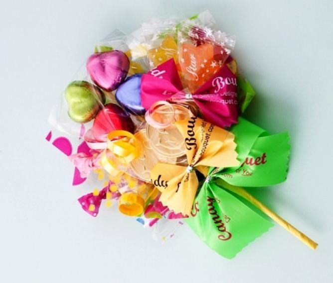 お菓子ブーケが流行っているのを知っていますか?文字通りお菓子で作った花束のようなブーケです♪お花ではないお菓子のブーケ、お菓子ブーケの作り方やステキなアイデアをまとめてみました。・・・