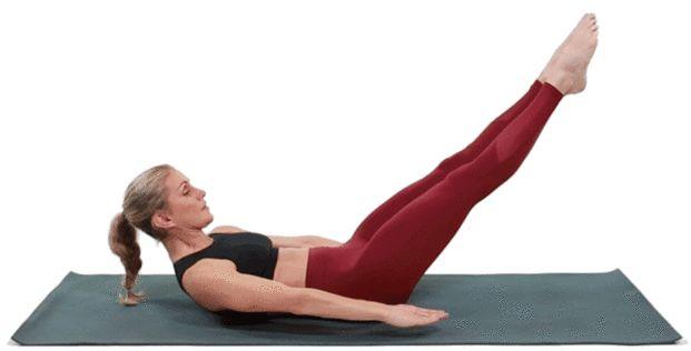 【ペタンコお腹を作る100トレ②】 基本の100トレ同様にまずは仰向けの姿勢に寝転んだら、今度はひざをピンと伸ばし、同じように手を動かして100回カウントします。 足がフラフラ動かないように注意して なお足を伸ばして行う100トレでは、足がフラつきやすいのが注意ポイント 足をなるべく動かさないでしっかり鍛えるためには、腹筋はもちろん、太ももやふくらはぎの筋肉を意識することも大切です。こちらは100回1分間程度のペースで実践するのがオススメです。