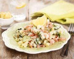 Salade de coquillettes au concombre et saumon : http://www.cuisineaz.com/recettes/salade-de-coquillettes-au-concombre-et-saumon-79469.aspx