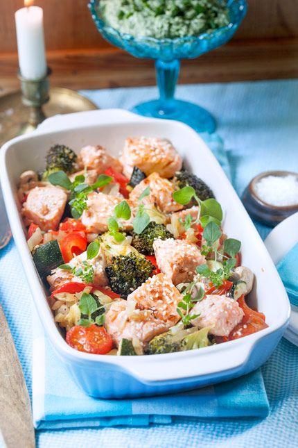 Lax är perfekt att ha i en pytt tillsammans med ugnsbakade grönsaker och som man sedan serverar med en krämig sås gjord på spenat, vitlök och örter.