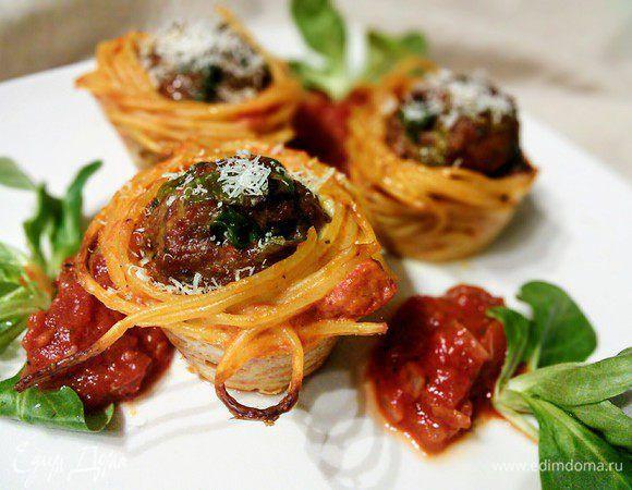 Тефтели в гнездах из спагетти . Ингредиенты: мясной фарш, лук-порей, соль морская