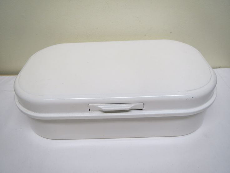 Alumiininen leipälaatikko, valmistaja ruotsalainen Nilsjohan.  Siistikuntoinen, vähän käytön jälkiä näkyy pinnassa.  Siistikuntoinen myös sisältä.  43 x 25 cm.  MYYTY.