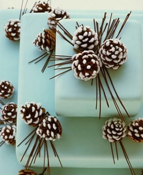 Weddbook ♥ vert pâle / menthe givrée Pine Cone gâteaux de mariage fondantes aux détails cône. 3 niveaux gâteau de mariage. Idées d'hiver de gâteau de mariage.    Tier d'hiver sarcelle  fondant