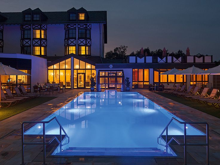 Ein Pool, der tagsüber zum entspannten Schwimmen und abends als stimmungsvolle Lichtquelle dient. Dezent versteckte Technik und die Einarbeitung des Pools in die Natursteinumgebung machen die Anlage zu einem lauschigen und idyllischen Ort.