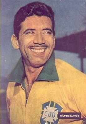 """Nilton Santos - Lateral-esquerdo e quarto-zagueiro. Foi apelidado """"Enciclopédia do futebol"""" por sua técnica extraordinária, inteligência e ampla visão de jogo. Disputou 4 Copas do mundo: 1950 (como reserva), 1954,1958 e 1962. Durante sua longa carreira, de 1948 a 1964, vestiu a camisa de um único clube: o Botafogo."""