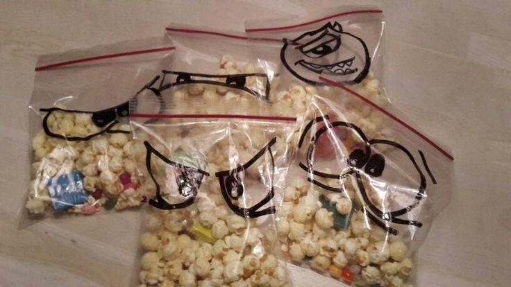 Popcorn traktatie met wat jellybeans erbij en een gummetje