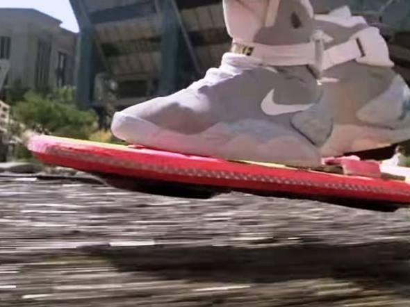 """15 tecnologias que você viu antes em De Volta para o Futuro - SKATES VOADORES Depois """"De Volta Para o Futuro"""", muitas pessoas ficaram com vontade de ter seu próprio skate voador. Até bem pouco tempo, isso era um privilégio de Marty McFly. Porém, no ano passado, a empresa californiana Arx Pax anunciou o Hendo. Assim como no filme, o gadget é capaz de deslizar sem tocar o chão."""