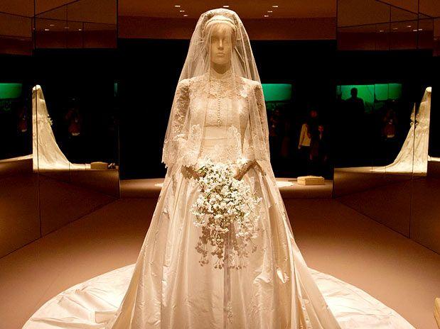 The Way We Dress: Os anos de Grace Kelly - Princesa de Mônaco  Vestido (estilista Helen Rose) e sapatos usados no dia do casamento com o príncipe Rainier III.