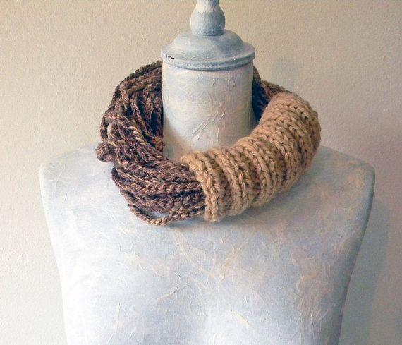 Scaldacollo in lana. Marrone e beige cammello