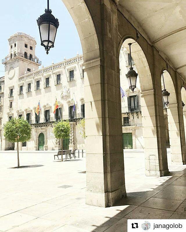 Plaza del Ayuntamiento de #Alicante Foto: @janagolob en Instagram #AlicanteCity #MifotoAlicante #CostaBlanca