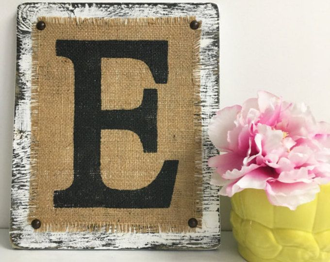 Lamentando la letra E, arpillera monograma signo, signo de nombre que ha sido afligido, carta blanca E, Emily signo, signo de arpillera rústica primitivo