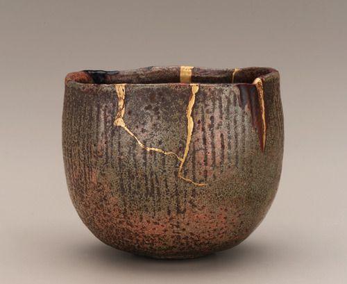 Kintsugi: au Japon, lorsqu'un vase est cassé, on ne le jette pas. on le recolle avec de l'or...