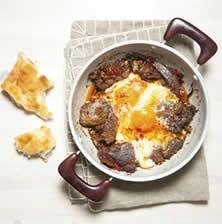 Ο καβουρμάς είναι ένα πολύ ιδιαίτερο κρέας με υπέροχη γεύση που ακροβατεί μεταξύ του αλλαντικού και ενός ολόφρεσκου καλομαγειρεμένου κομματιού κρέατος. Ταιριάζει πολύ με τα αυγά αλλά και με τις πατάτες