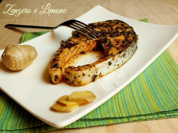 Il salmone allo zenzero e prezzemolo è un secondo piatto leggero e appetitoso che si prepara velocemente e senza alcuna difficoltà.