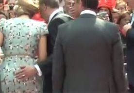 26-Apr-2014 19:21 - 'BURGEMEESTER AMSTELVEEN GRIJPT MÁXIMA'S BILLEN!'. Na afloop van de eerste Koningsdag van Willem-Alexander zit heel Nederland maar naar één filmpje te staren. Een video op YouTube toont hoe de burgemeester van Amstelveen wel heel hard zijn best doet om koningin Máxima te begeleiden. 'Hij grijpt gewoon haar bil', klinkt het bij onze noorderburen.