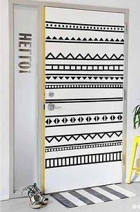 Decora una puerta simplemente con cinta adhesiva de colores (preferiblemente tipo washi). No olvides cortarlas siguiendo este patrón geométrico. | 16 Ideas geniales para decorar una pared en tu habitación