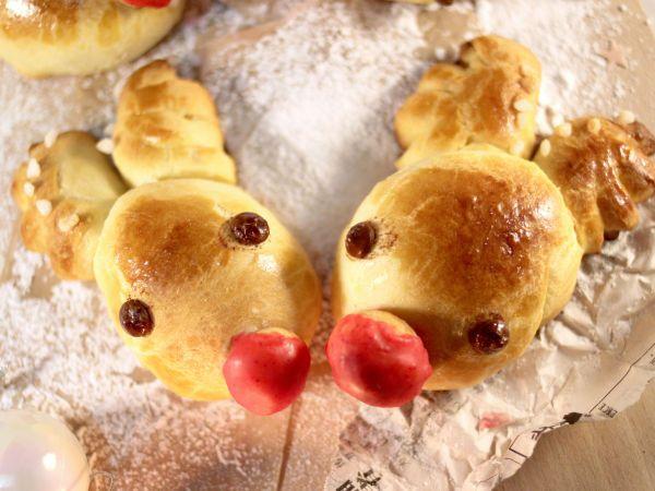 Brioche Rudolphe, le renne au nez rouge : http://www.ptitchef.com/recettes/autre/brioche-rudolphe-le-renne-au-nez-rouge-fid-1528176