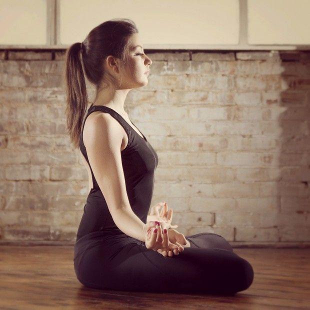 Après avoir joué pendant plusieurs minutes avec le réveil nous n'avons pas d'autre choix que de nous extirper du lit. Seul problème : nous le faisons mal ! Notre corps est lourd et nous le ressentons tout le reste de la journée. Pour lutter contre les effets de la fatigue sur notre confort corporel, le yoga du matin est là pour nous aider. http://www.elle.fr/Minceur/Yoga/Yoga-du-matin-2930776