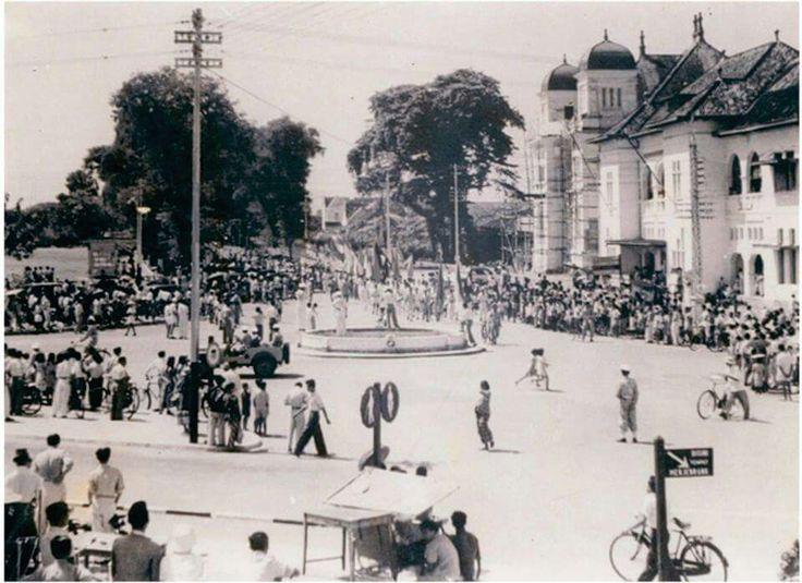 Dulu ada Air Mancur didepan Kantor Pos Jogja. foto ini diambil pada saat ada parade hari Angkatan Perang di tahun 1950.