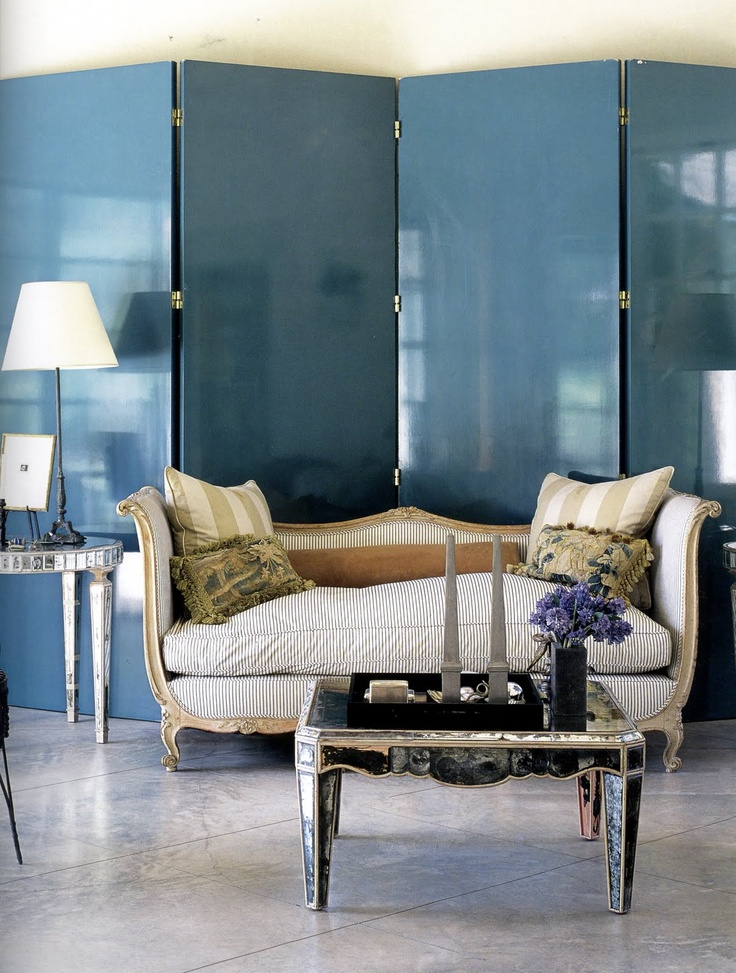 Obelisks decorate a coffee table! John Stedila - Style and Substance - Lacquered walls