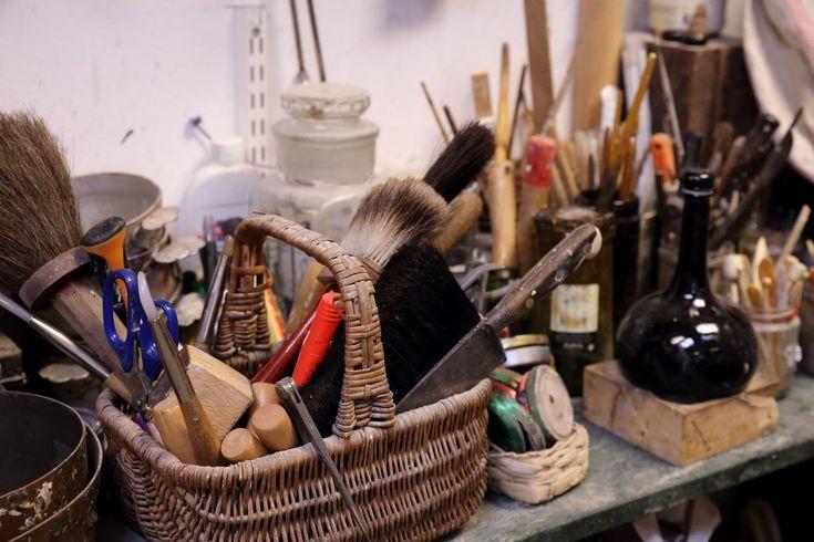 Bij Ateliers Frans de Roo in Haarlem werken ze in een fraaie omgeving, op een ambachtelijke manier aan handgesneden lijsten.