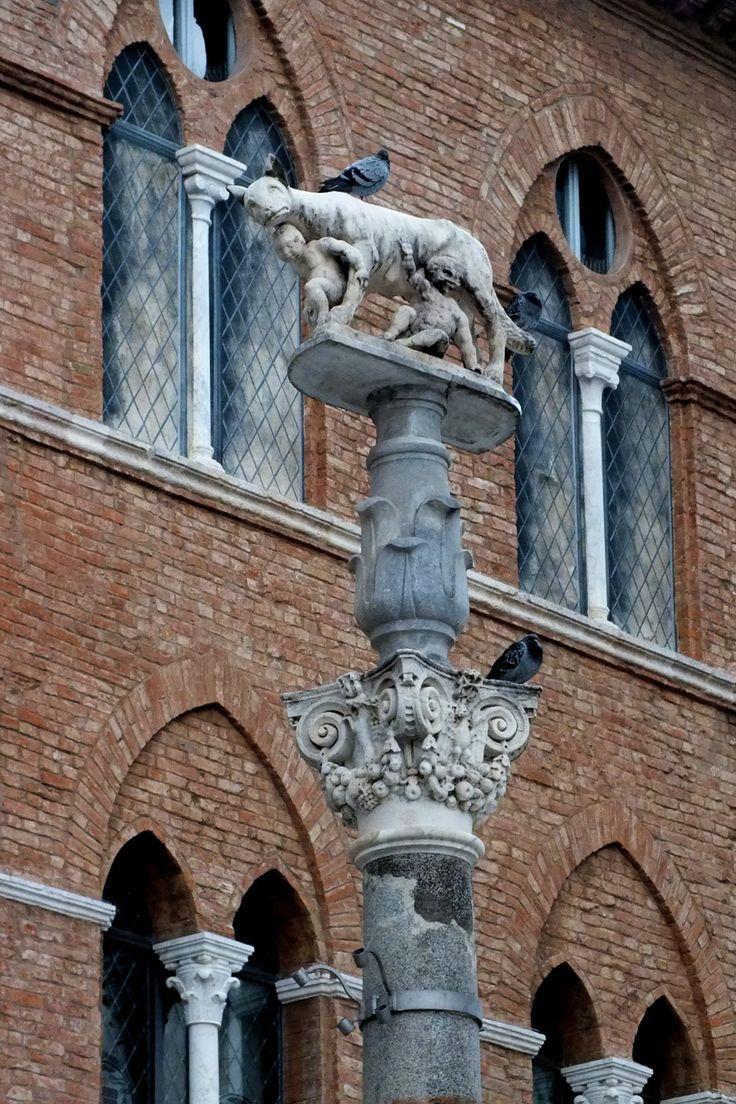 Сиена. Волчица с Ромулом и Ремом. Сын Рема Сений основал Сиену.