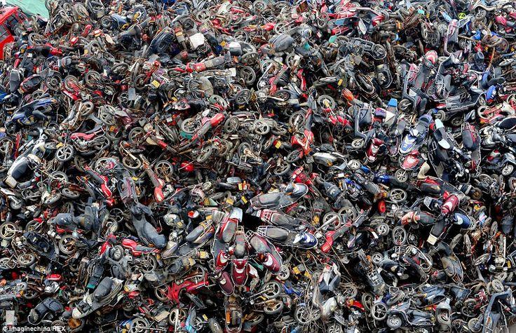 Milhões de carros, motas e camiões vão sendo empilhados anualmente nas sucatas da China, potenciados pela tentativa governamental para reduzir os níveis de poluição no país.  Numa só sucata, na cidade de Hangzhou, existe uma pilha com cerca de 100.000 veículos que foram retirados das estradas por não cumprirem os padrões de emissões estimulados pelo Governo chinês. As fotografias são do jornal chinês People´s Daily Online, que dá conta da escala destas sucatas.