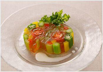 プチトマトやパプリカ、アスパラなど彩り豊かな野菜をゼラチンで固めて。ヨーグルトソースを加えたら、目でも楽しめる涼しげな一品の出来上がりです。