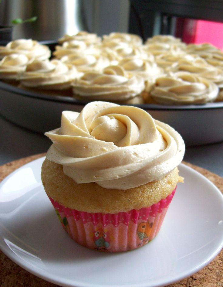 Devant la folie des cupcakes et folies du même genre, je suis souvent très déçue par les crèmes qui les décorent. Généralement ce sont des crèmes au beurre qui sont lourdes et qui ont vraiment le g…