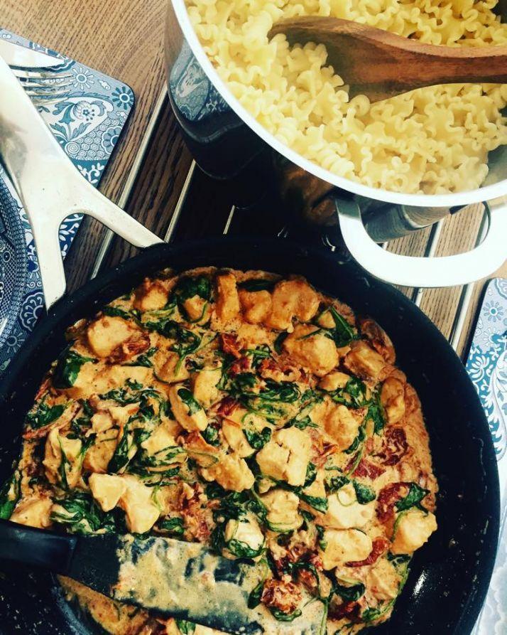 Lucka nr fem i Johanna Kajsons julkalender- Den perfekta middagen Mat är sannerligen livets njutning. Jag uppskattar allt från köttbullar och makaroner till fin resturangmat. Det är viktigt att det finns kärlek till maten, finns det inte det är det lika illa som att stå och lyssna på en presentati