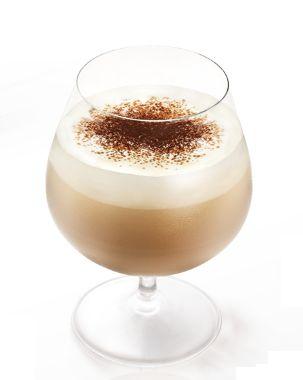 Een romige koffie cocktailsEen romige koffie cocktail   (bron: Molinari)  In een cocktailshaker: 4 /10  Molinari Caffee likeur, 4 /10  Whiskey Cream likeur (bijv. Bailley's of Sheridans) 2 /10  Amaretto Giet in een rond glas. Klop een beetje slagroom stijf, maar nog wel een beetje '  lopend' Lepel de slagroom bovenop  de likeur en strooi hier een beetje cacao poeder overheen.