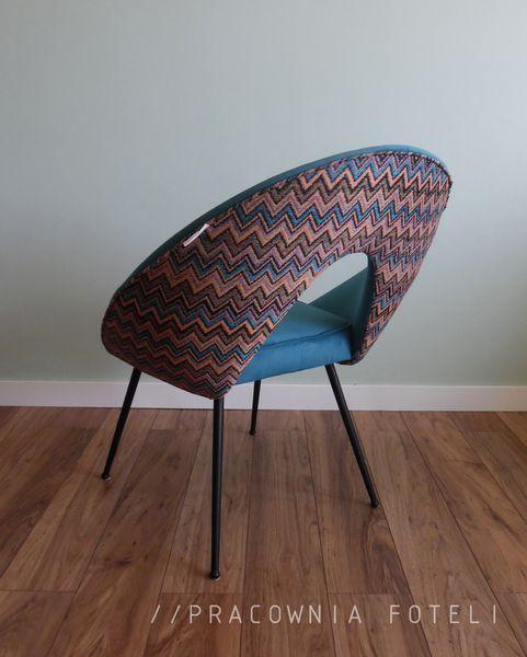 Oryginalny fotelik muszelka rodem z prl na metalowym stelażu. Wnętrze fotela wykonane z materiału obiciowego Alcantara w kolorze niebieskim, zewnętrze z tkaniny żakardowej w zigzaki.
