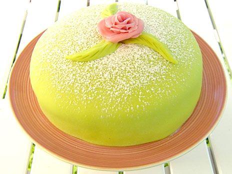 Baka en riktigt god prinsesstårta med hallon, vaniljkräm samt grön och rosa marsipan efter recept från Johan Sörberg i juryn för Hela Sverige bakar.