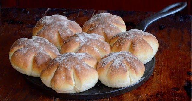 Maitoa, hunajaa ja voita. Näistä aineksista syntyy syntisen hyvää aamiaisleipää! Minulla on tapana leipoa nämä sämpylät jo illalla ja aina ...