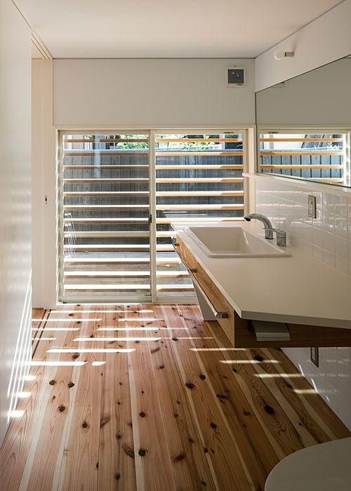 メラミン洗面カウンターと病院流しの組み合わせ。<br /> ホースの付いたシャワー水栓は事務所の定番品。 専門家:が手掛けた、洗面(撮影:松村芳治)(トキワの家)の詳細ページ。新築戸建、リフォーム、リノベーションの事例多数、SUVACO(スバコ)