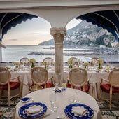 Ici nagent les sirènes ayant tenté Ulysse. Les héros d'aujourd'hui, d'Hillary Clinton à Kim Kardashian, succombent tous au charme de la côte Amalfitaine, là où l'eau et le ciel se confondent dans un vortex envoûtant de beauté bleutée. Plus qu'un coup de cœur, la destination pur luxe de la fin de l'été. Tour d'horizon des meilleurs adresses d'Amalfi à Positano