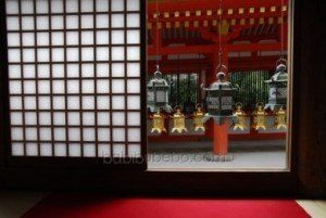 Lanternes de bronze au sanctuaire Kasuga Taisha, Nara, Japon