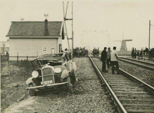 1937, station Bijdorp, nu station Schiedam Noord, Nieuwe Damlaan. Op de achtergrond de Nieuwlandse molen 1881-1944